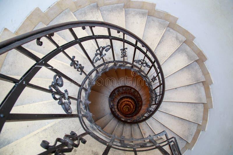 Oberseitenansicht eines gewundenen Treppenhauses lizenzfreies stockbild