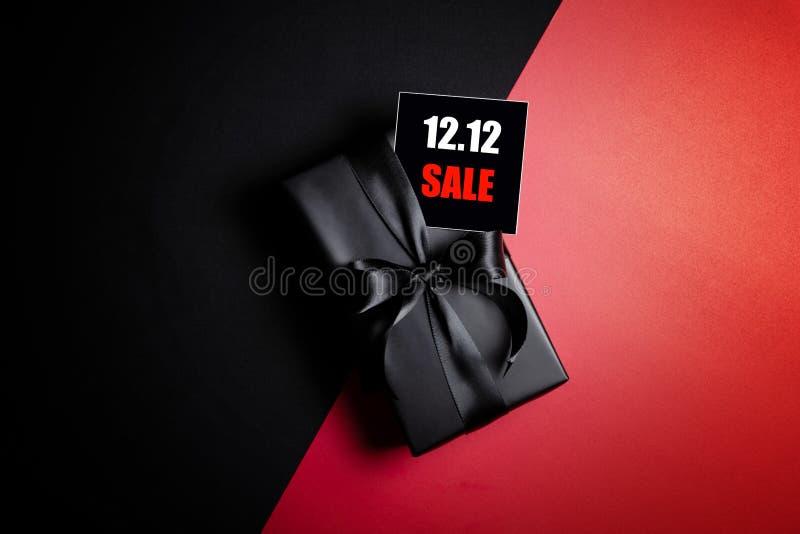 Oberste Ansicht des schwarzen Geschenkkastens mit schwarzem Hintergrund mit Kopierplatz für Text 12 12 Einzelverkauf stockfotografie