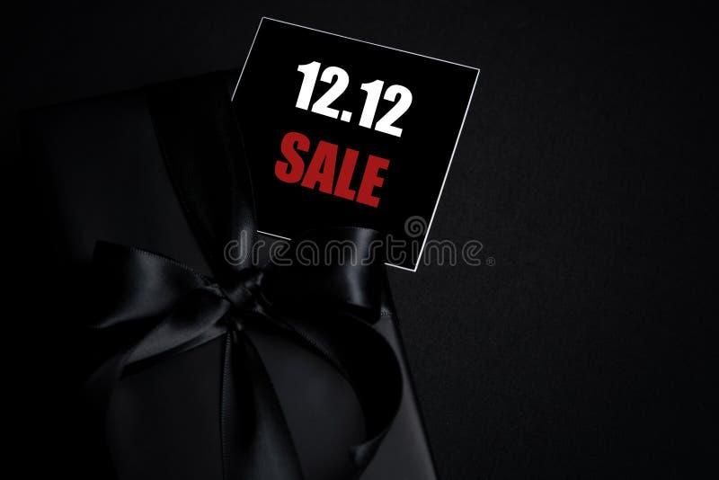 Oberste Ansicht des schwarzen Geschenkkastens mit schwarzem Hintergrund mit Kopierplatz für Text 12 12 Einzelverkauf stockbilder