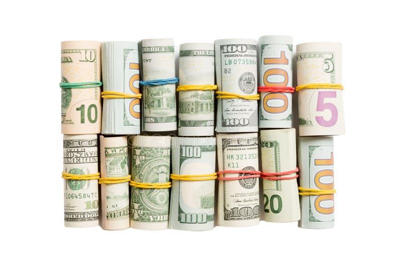 Oberste Ansicht verschiedener Dollarnoten, die in Rohren auf weißem isoliertem Hintergrund aufgewickelt wurden Sparkonzept lizenzfreie stockfotos