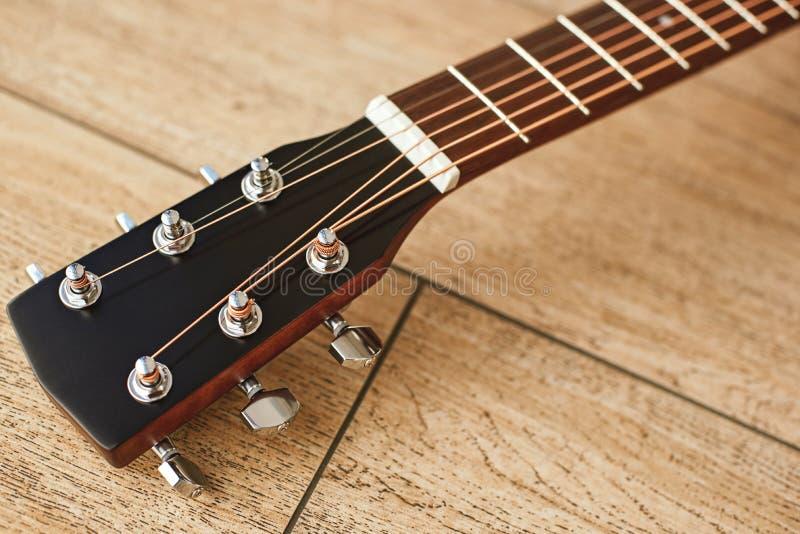 Oberstes Teil der Gitarre Nahe Ansicht des Gitarrenspindelkastens mit abstimmenden Schlüsseln für die Justage von Gitarrenschnüre stockfotos