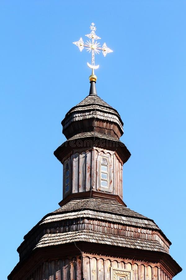 Oberteil der traditionellen hölzernen ukrainischen Kirche mit einem goldenen Kreuz, Kosakenzeitraum stockfoto