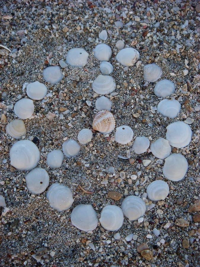 Oberteile auf dem Strand Friedenssymbolhintergrund tapeziert klein Gedruckten stockfoto