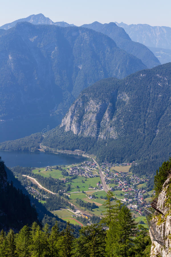 Obertraun,湖Hallstatt -从Dachstein冰洞入口,奥地利的看法 免版税库存图片