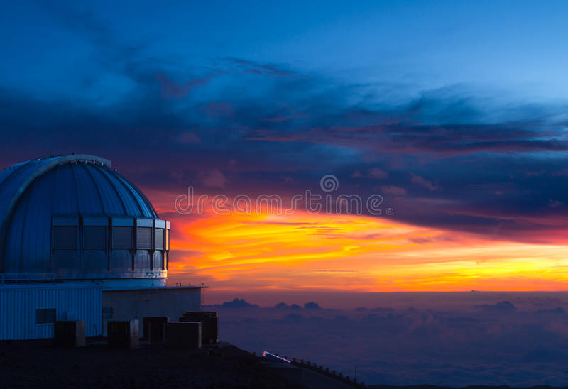 Obervatório em Havaí no por do sol imagem de stock