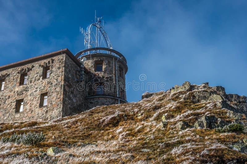 Obervatório meteorológico em Kasprowy Wierch em Tatras polonês Mounatins - parque nacional imagem de stock