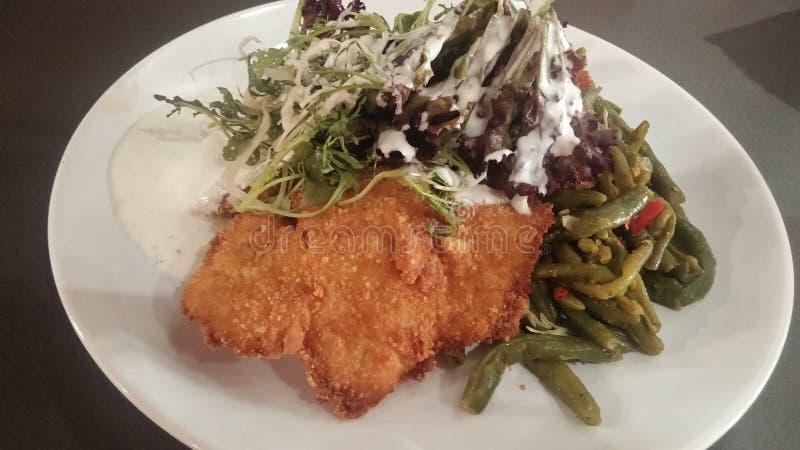 Obesidade de combate/Fried Hake, feijão verde e salada foto de stock royalty free