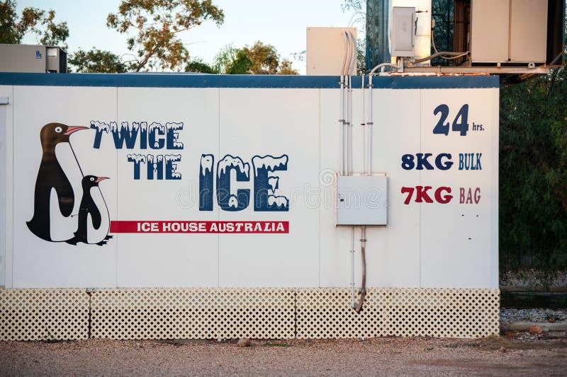 Obevakad ismaskin som säljer påsar av is 24x7 arkivbild