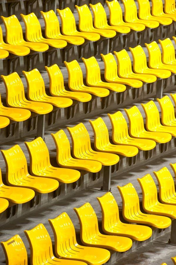 Obfitość żółci plastikowi siedzenia przy stadium. obraz royalty free