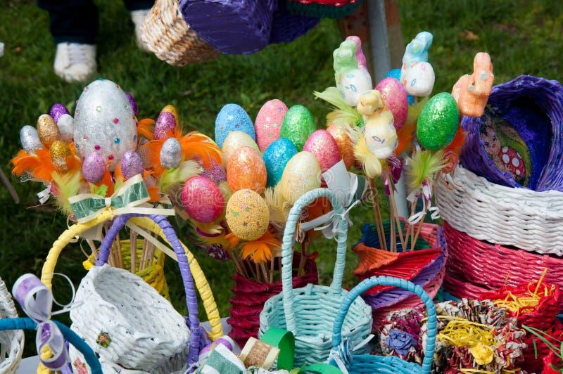 Obfitość kolorowi Wielkanocni jajka i drewniani kosze handmade zdjęcia royalty free