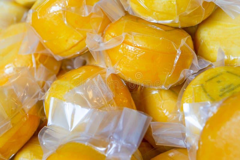 Obfitość próżnia Uszczelniony Tradycyjny Holenderski ser w plastikowych workach fotografia royalty free