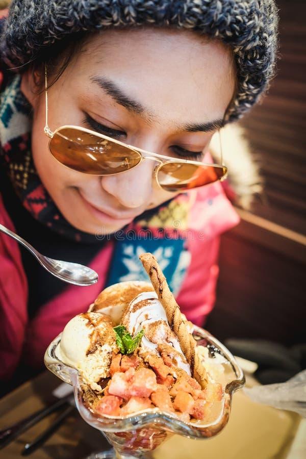 Obgleich es im Winter Japan ist Aber Touristen passen die Eiscreme glücklich auf, bevor sie essen stockbild