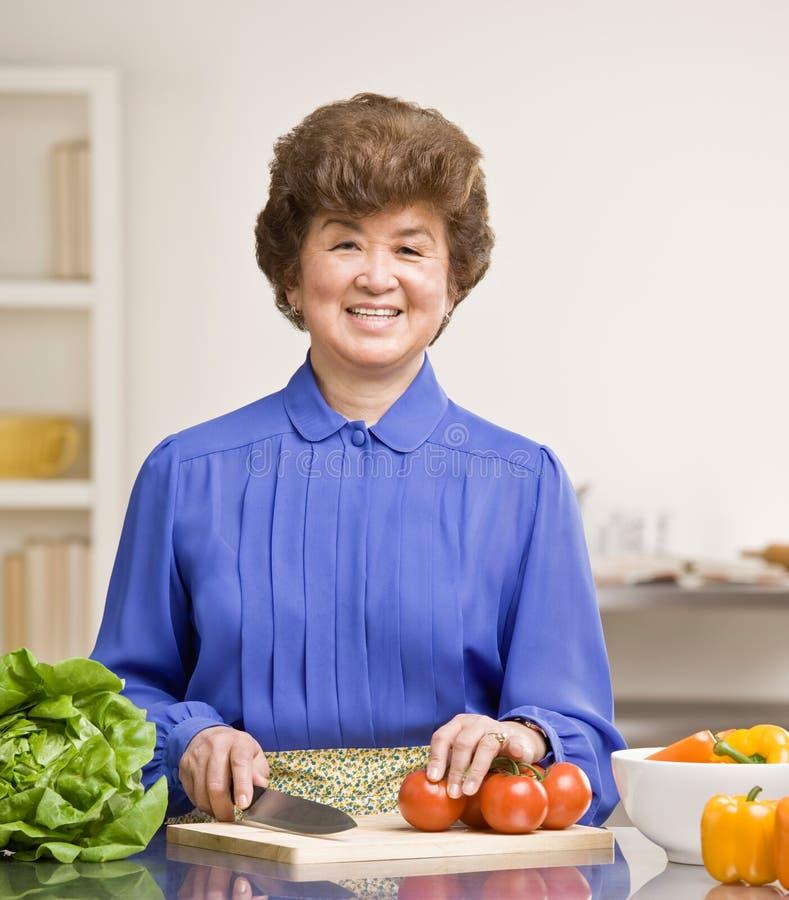 obiadowej gospodyni domowej kuchenna narządzania sałatka zdjęcie royalty free