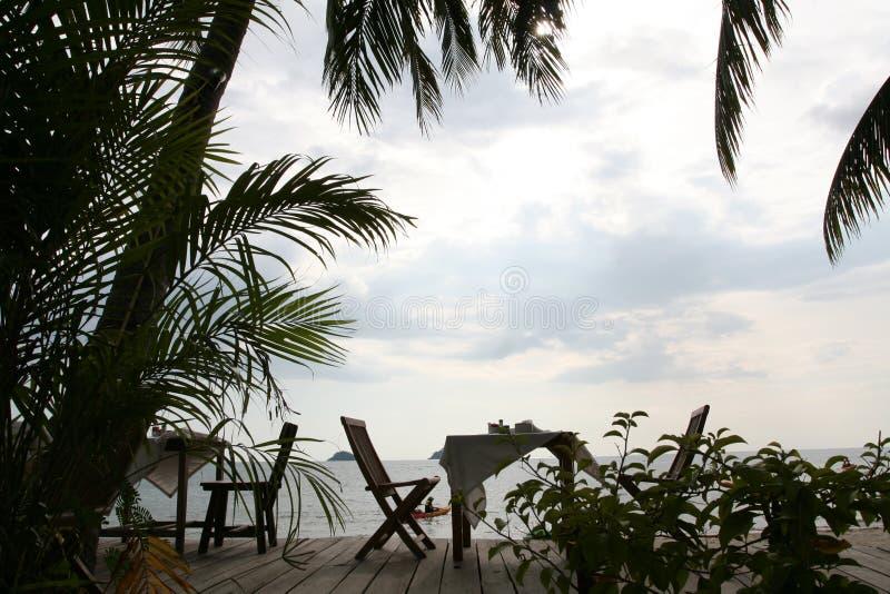 Obiadowy krzesło obok plaży zdjęcie stock