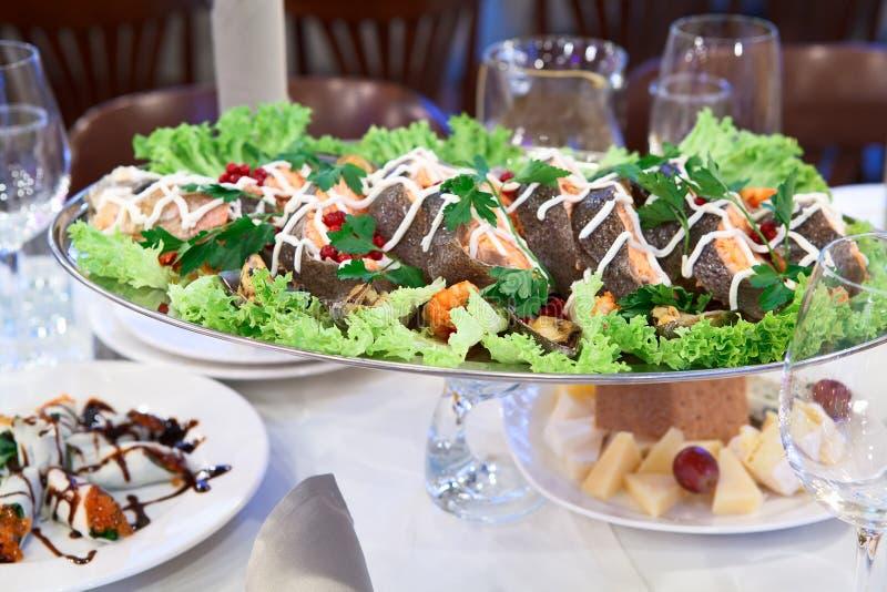 obiadowy naczynie piec na grillu łososia stół zdjęcie stock