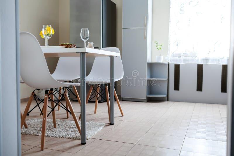 Obiadowy położenie słuzyć w kuchni dla dwa nowoczesna kuchnia projektu Piec mięso z winem w jadalni obraz royalty free