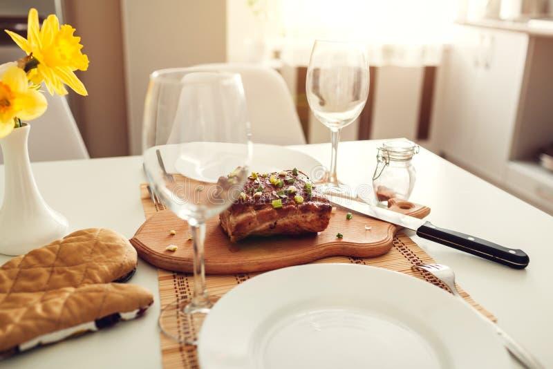 Obiadowy położenie słuzyć w kuchni dla dwa nowoczesna kuchnia projektu Piec mięso z winem w jadalni obrazy royalty free