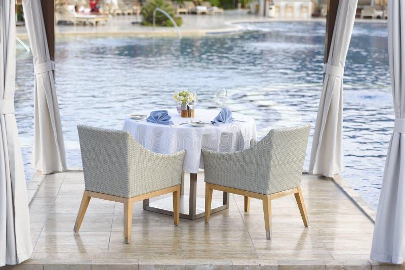 Obiadowy stół dla pary z białym tablecloth obrazy stock