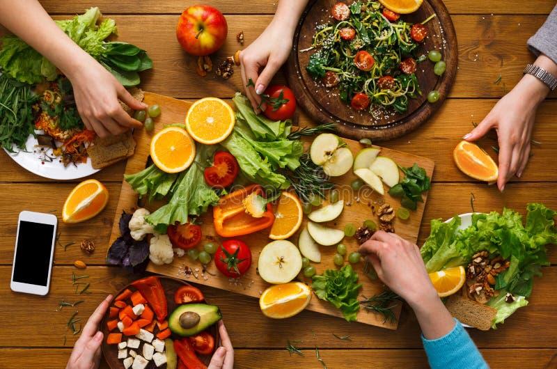 Obiadowy stół, kobiety je zdrową jedzenie kuchnię w domu fotografia royalty free