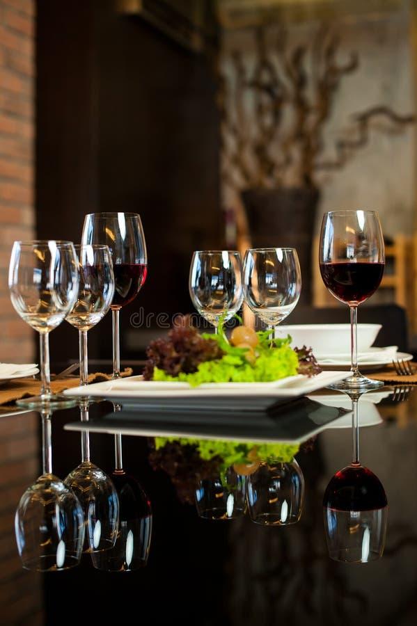 obiadowych szkieł romantyczny wino zdjęcie royalty free