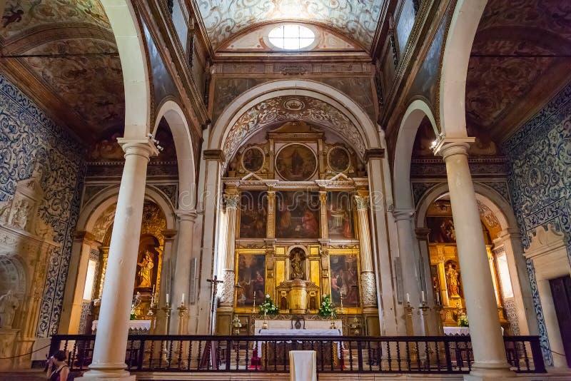 obidos Португалия Алтар средневековой церков Santa Maria с altarpiece стоковые изображения rf