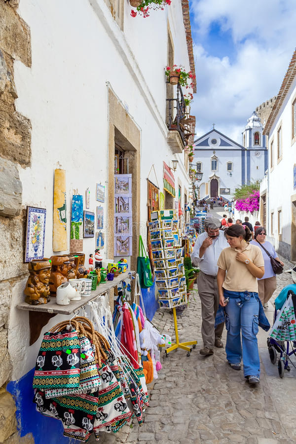 obidos Португалия Улица Direita, главная улица Obidos во время популярного средневекового рынка стоковые фото