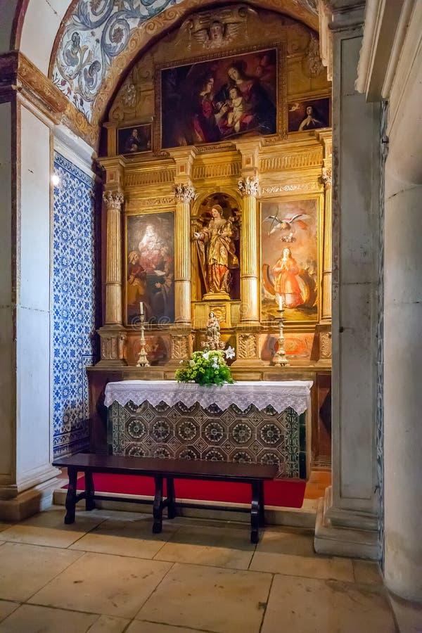 obidos Португалия Часовня Катрина Святого с altarpiece внутри средневековой церков Santa Maria стоковое изображение rf