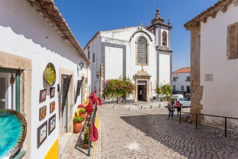 Obidos, Portugal Église de Pedro de sao et une boutique de souvenirs photographie stock libre de droits