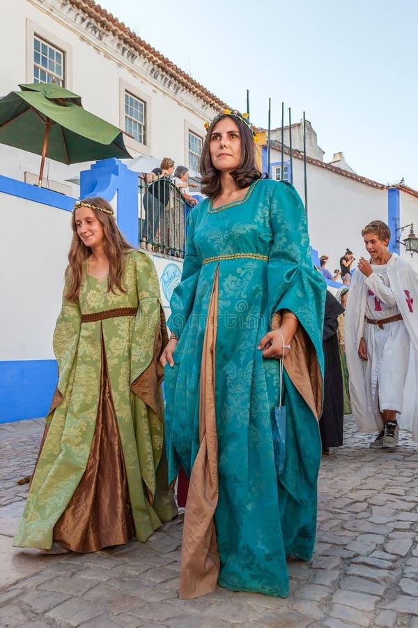 Obidos, Portugal Dames nobles dans le défilé de la reconstitution médiévale du marché photographie stock libre de droits