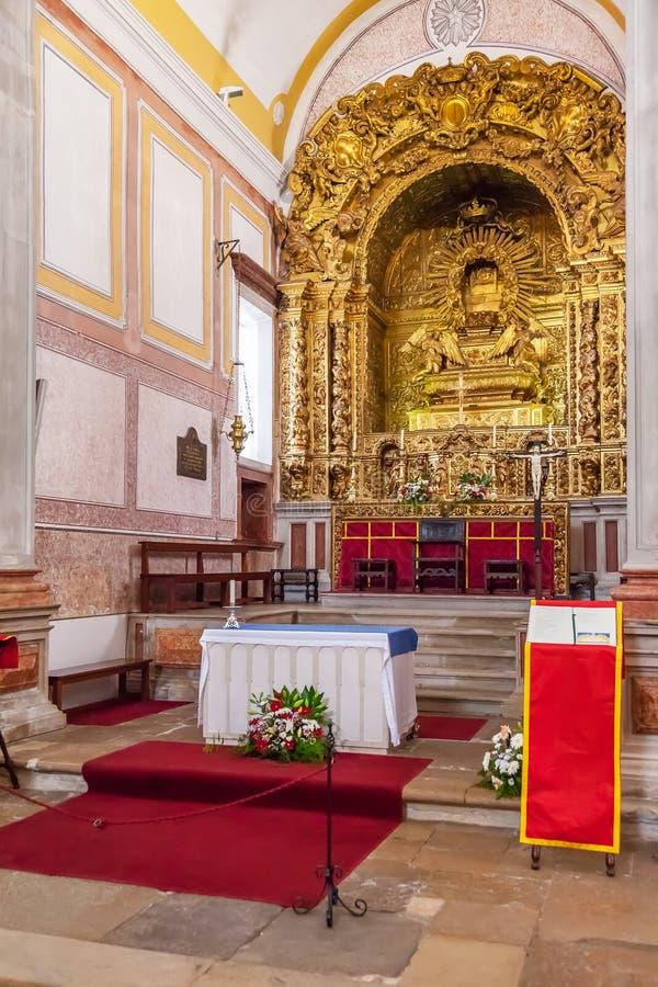 Obidos, Portugal L'apparence baroque d'autel d'église de Pedro de sao a doré la décoration de sculpture sur bois photographie stock