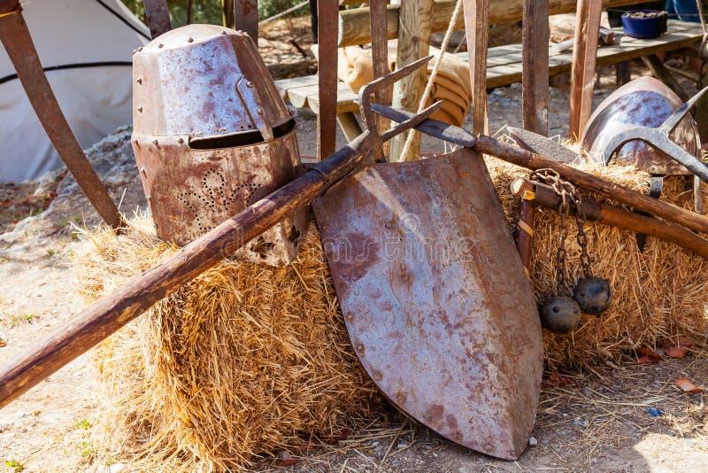 obidos portugal Medeltida vapen och harneskkopior på den mycket populära medeltida marknaden i Obidos arkivfoton