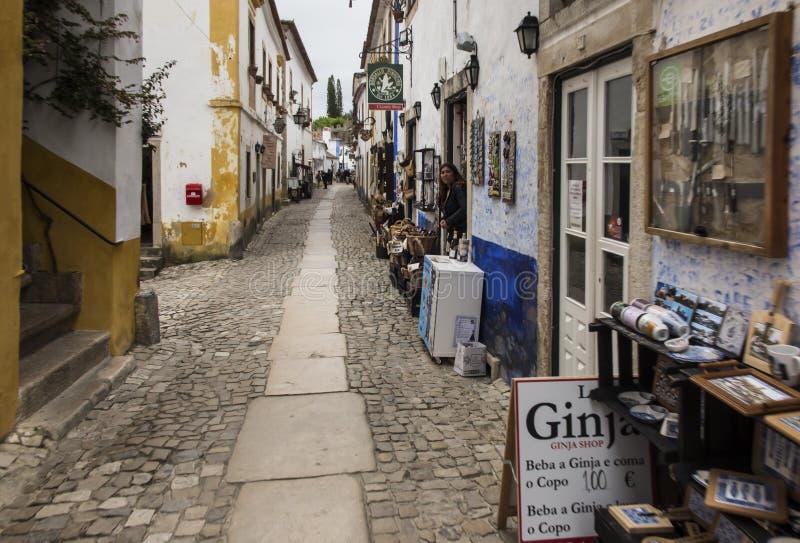 Obidos, Portugal, o 15 de junho de 2018: Comércio da rua na rua estreita da cidade velha de Obidos imagens de stock
