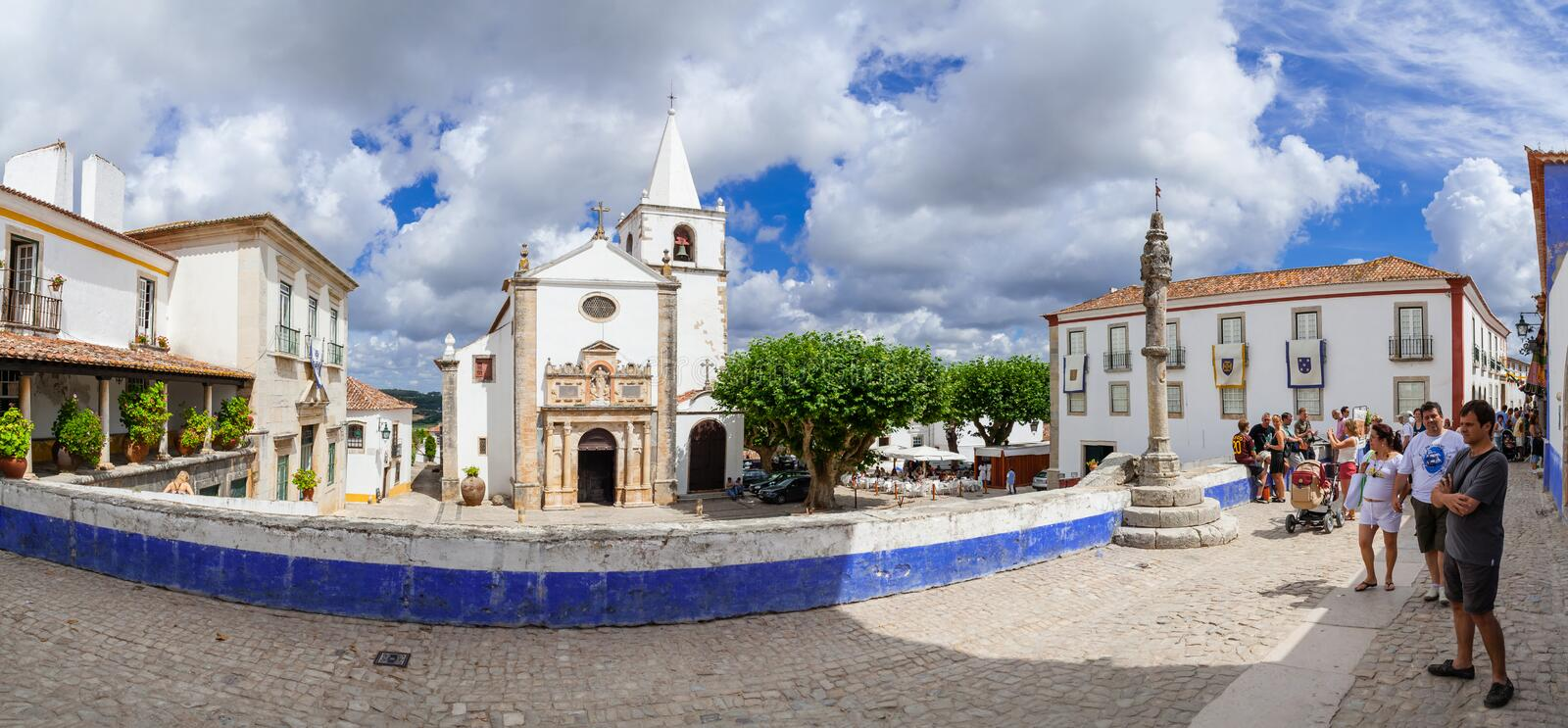 Obidos, Portugal Santa Maria Church et pilori de ville vu de la rue de Direita photo stock