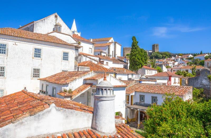 Obidos, Portugalia: Pejzaż miejski miasteczko z średniowiecznymi domami zdjęcia stock