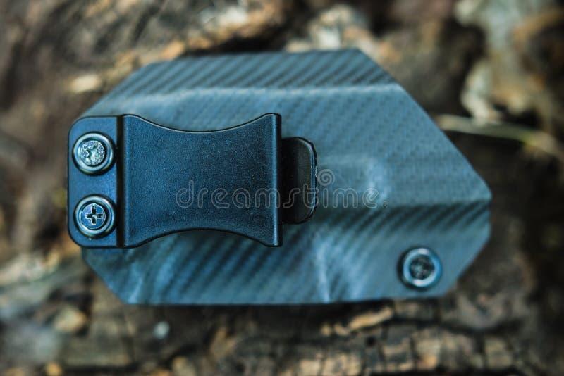 Obiektywny mknący holster na barkentynie drzewo w lesie obrazy stock