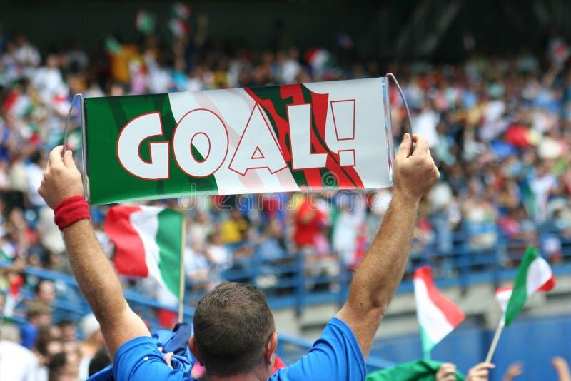 Obiettivo! Acclamazioni del ventilatore di calcio per l'Italia nella tazza di mondo immagini stock libere da diritti