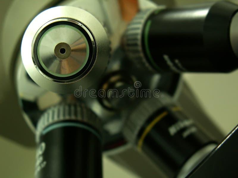 Obiettivo del microscopio dal laboratorio fotografia stock libera da diritti