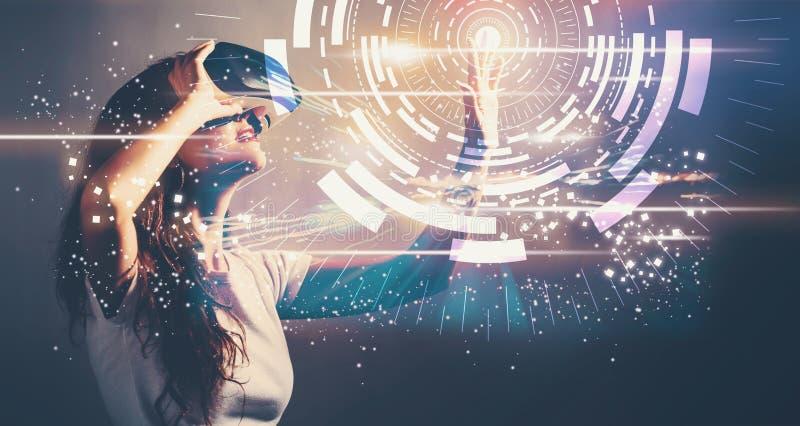 Obiettivo di Digital con la giovane donna con VR fotografie stock