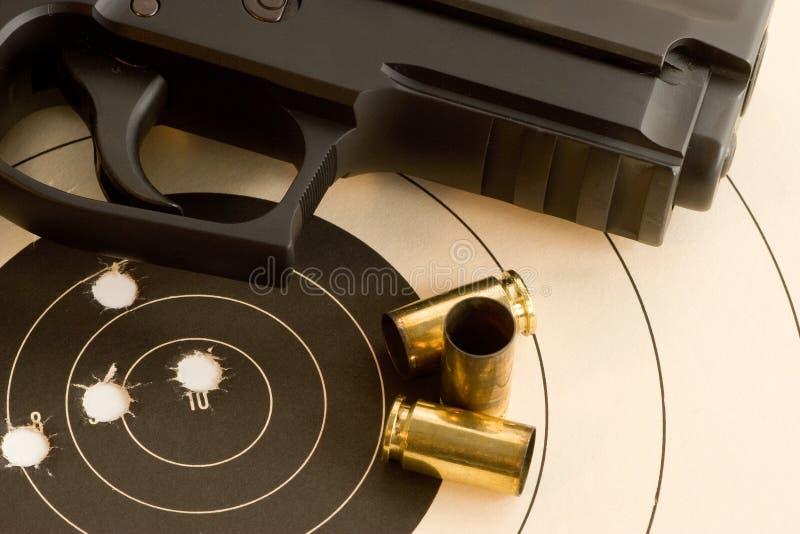 Obiettivo e pistola del Bullseye fotografia stock libera da diritti