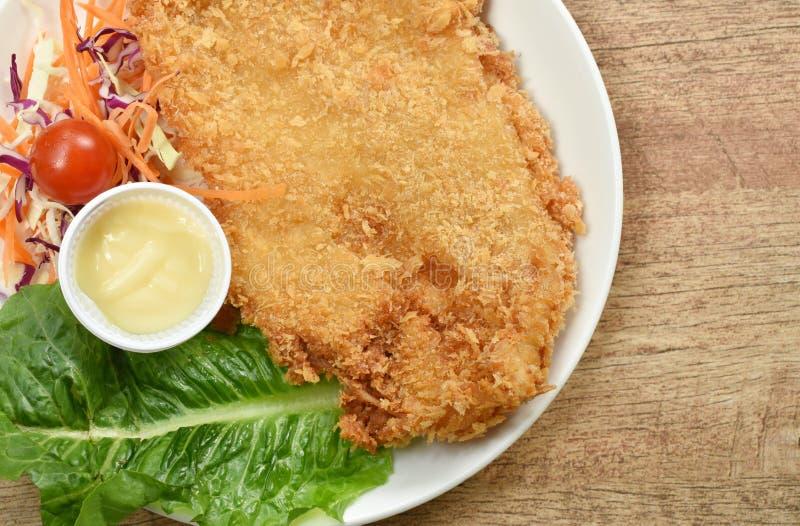 Obija smażącego dolly ryba zawijającego chlebowego stek z sałatką na naczyniu zdjęcia stock