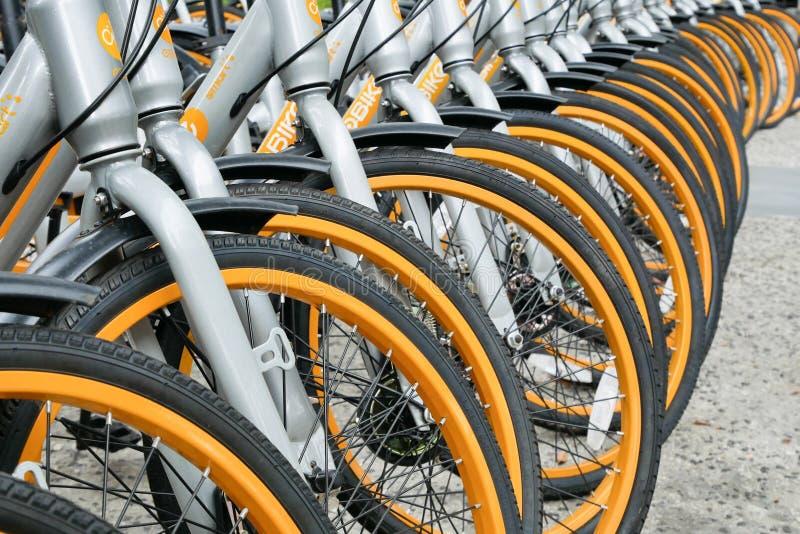obike行在Pasar Seni停放 oBike首先是stationless聪明的自行车份额系统在马来西亚,提供自由的它 库存照片