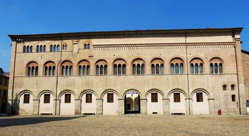 Obispo Palace en Piazza Duomo, Parma, Italia fotografía de archivo