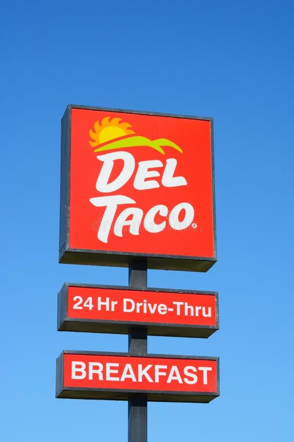 Objaw Dela Taco przeciwko jasnoniebieskiemu niebu zdjęcie stock