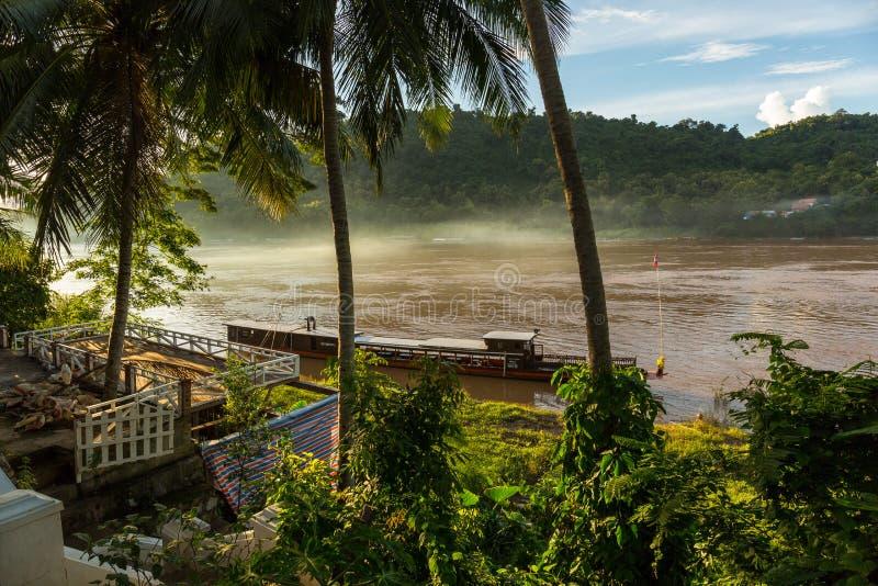 Objeżdża łódź na Mekong rzece w Luang Prabang, Laos fotografia royalty free
