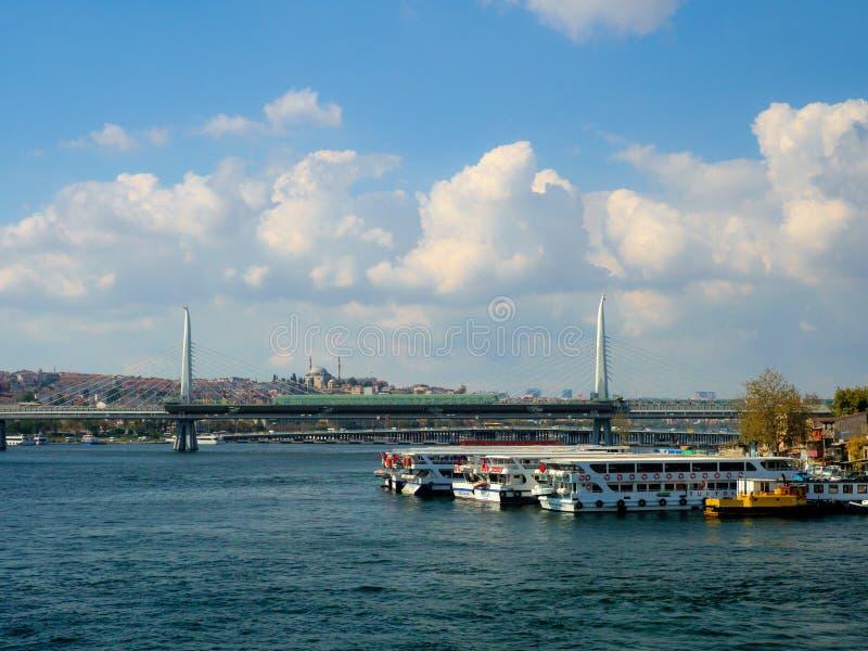 Objeżdża łodzie dokuje w banku Złoty rogu okręg, Istanbuł, Turcja obraz royalty free