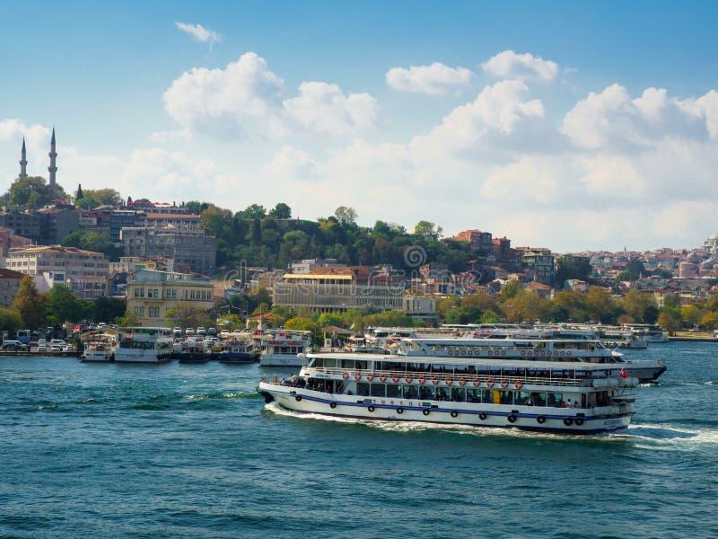 Objeżdża łodzie pływa statkiem wzdłuż Bosphotrus cieśniny w Istanbuł, Turcja fotografia stock