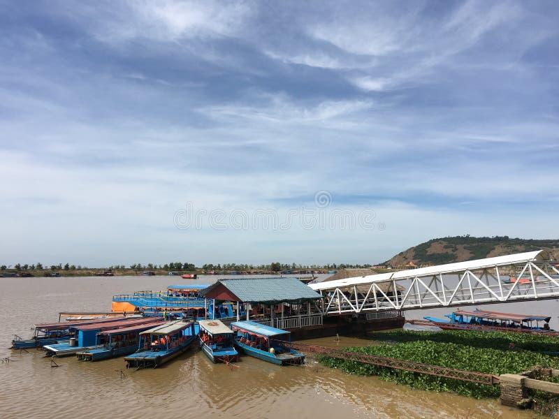 Objeżdża łodzie przy Tonle Aprosza jeziorem w Kambodża obrazy royalty free