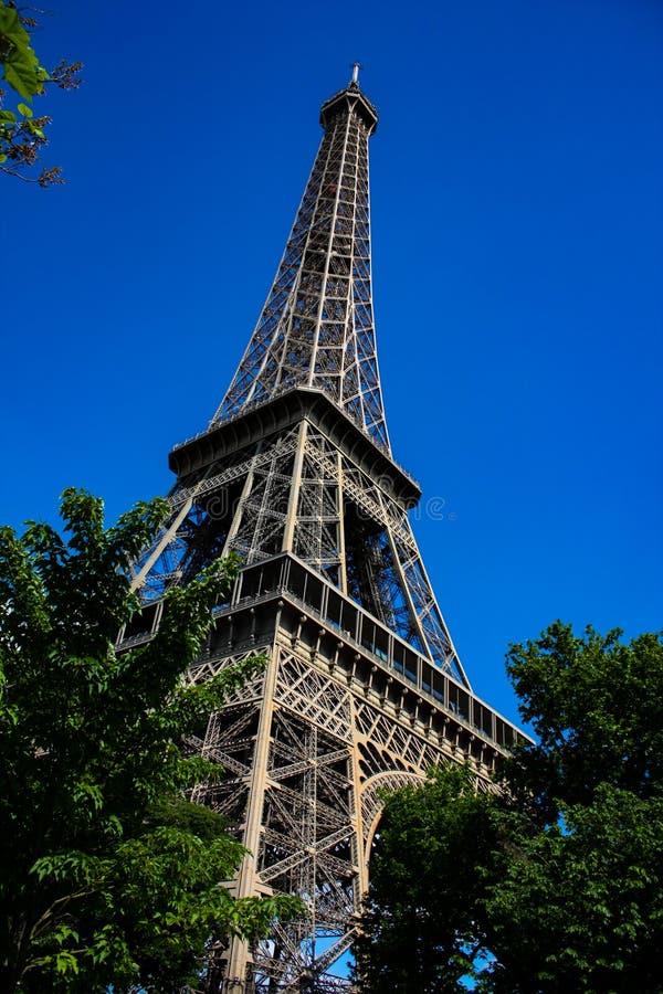 Objeżdża Eiffel od strony z jasnym niebem obraz royalty free