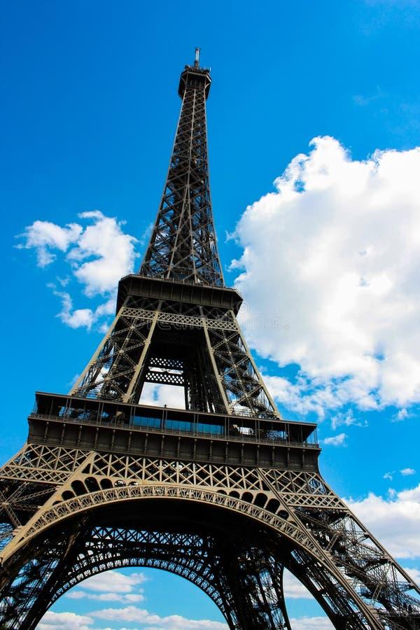 Objeżdża Eiffel symmetric strzał z gruzłami w niebie fotografia stock