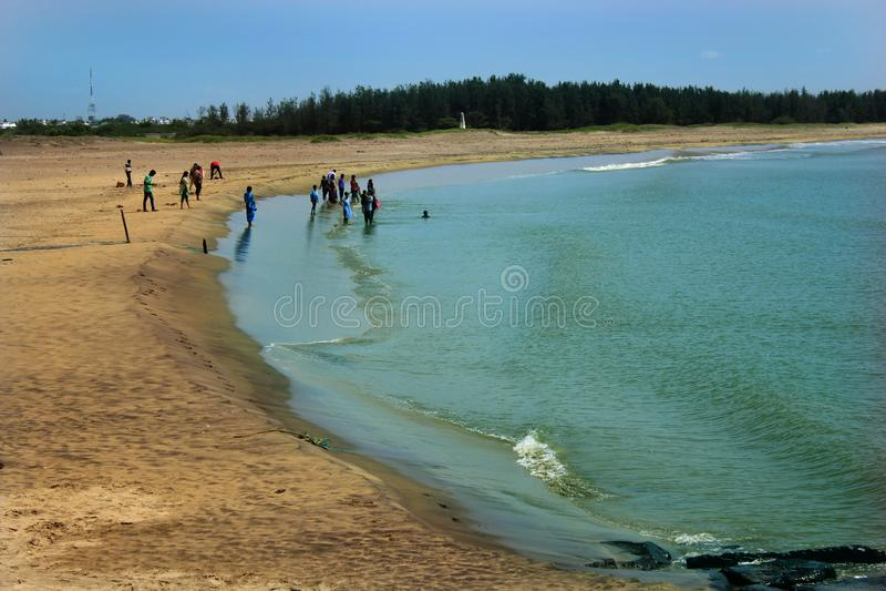 Objeżdża ludzi sztuk z dziećmi na plaży zdjęcia stock